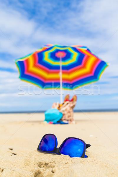 Bleu lunettes de soleil parapluie nature mer fond Photo stock © fotoaloja