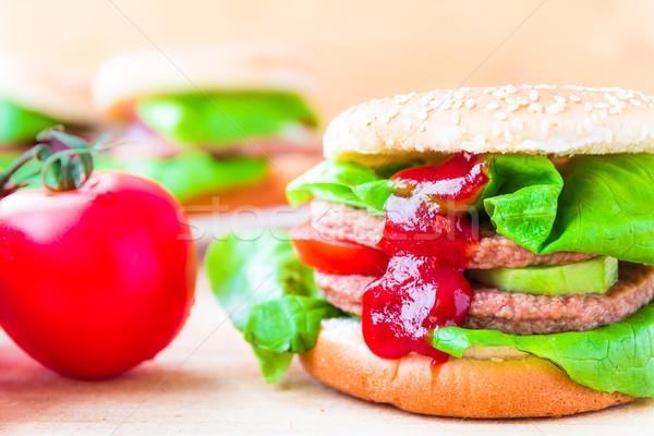 Appetitoso grande cheeseburger fresche lattuga cetriolo Foto d'archivio © fotoaloja