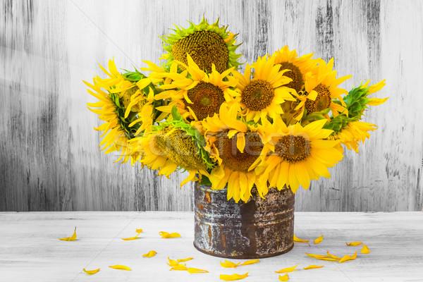 Virágcsokor napraforgók csendélet öreg konzervdoboz virágok Stock fotó © fotoaloja