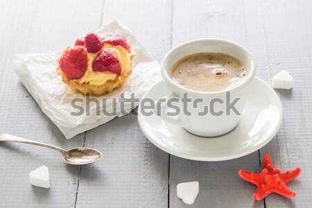 Foto stock: Xícara · de · café · leite · doce · sobremesa · bolo · morangos
