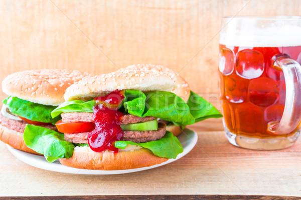Lezzetli sığır eti hamburger kupa bira tablo Stok fotoğraf © fotoaloja