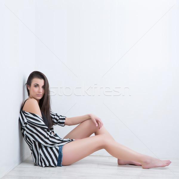 çekici esmer kız oturma beyaz zemin Stok fotoğraf © fotoduki