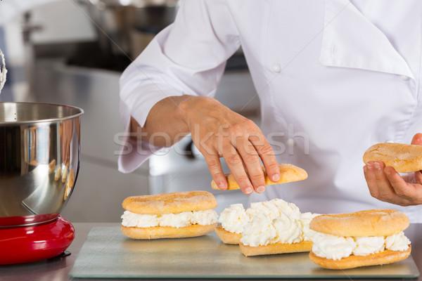 Chef crème remplissage Homme cuisson Photo stock © fotoedu