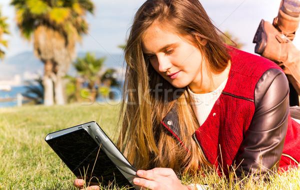 Fiatal lány tabletta fiatal tinédzser online számítógép Stock fotó © fotoedu