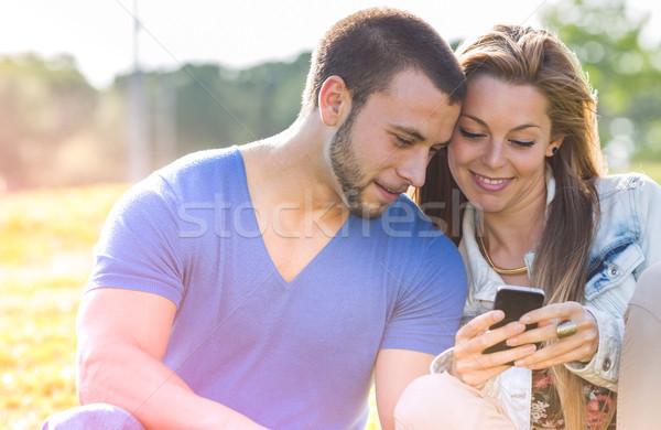 Namoro casais casal telefone móvel mulher Foto stock © fotoedu
