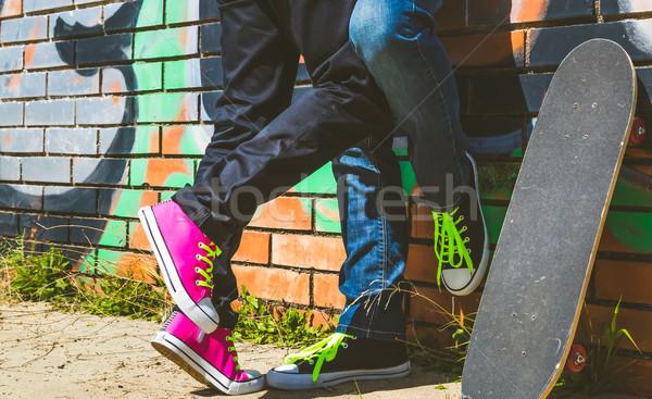Pár srácok gördeszka fal graffiti lány Stock fotó © fotoedu
