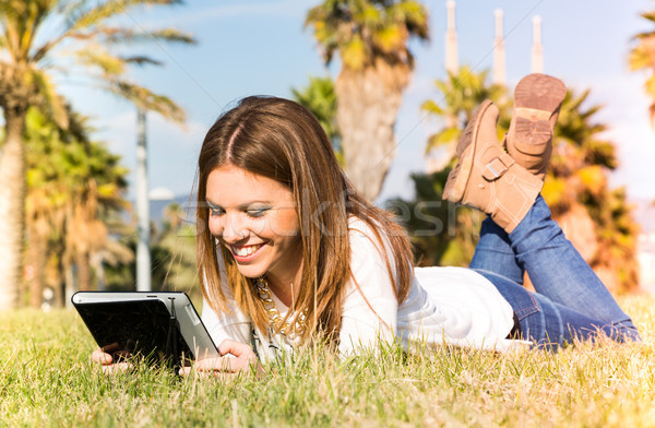 Menina comprimido estudante consultor on-line internet Foto stock © fotoedu