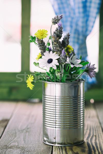 Konzervdoboz konzerv virágok használt váza asztal Stock fotó © fotoedu