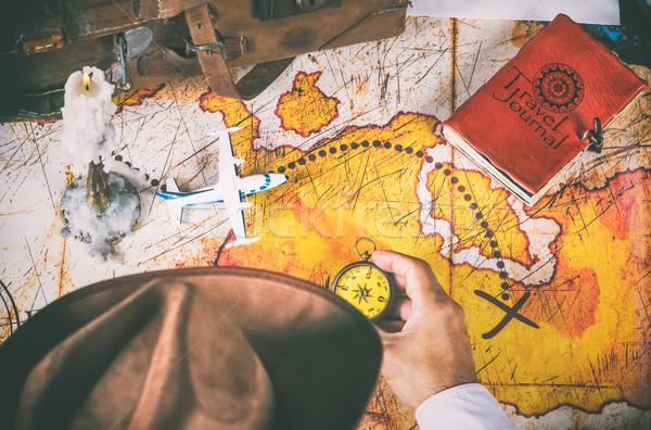 Felfedező néz kincs térkép sziget férfi Stock fotó © fotoedu