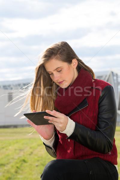 Fiatal lány tabletta fiatal tinédzser online lány Stock fotó © fotoedu