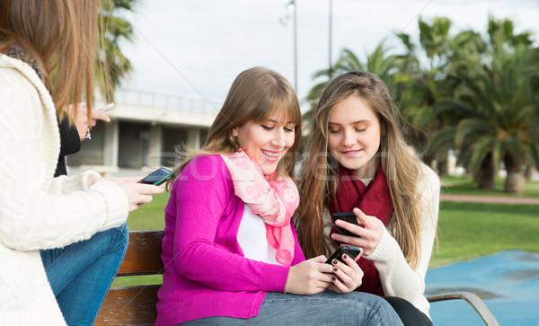 Meninas móvel universidade enviar grama Foto stock © fotoedu