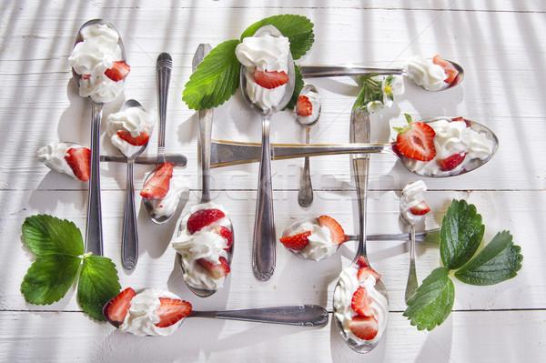 Fresa crema presentación fresas cucharas Foto stock © Fotografiche
