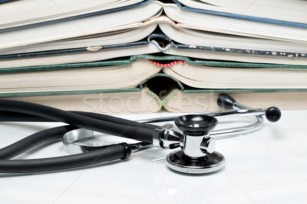 Egymásra pakolva könyvek sztetoszkóp sok boglya diák Stock fotó © fotoquique