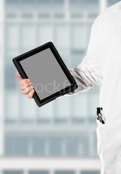 Digitális tabletta orvos fehér kabát tart Stock fotó © fotoquique