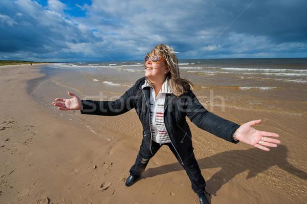 Volwassen vrouw zee volwassen grappig aantrekkelijke vrouw Stockfoto © fotorobs