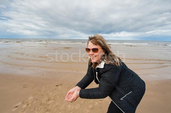 Volwassen vrouw zee volwassen aantrekkelijke vrouw zonnebril Stockfoto © fotorobs