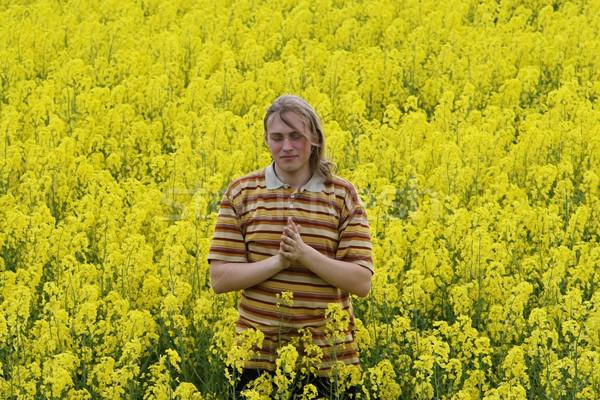 Mannen gele bloemen gelukkig jonge man gele bloem weide Stockfoto © fotorobs