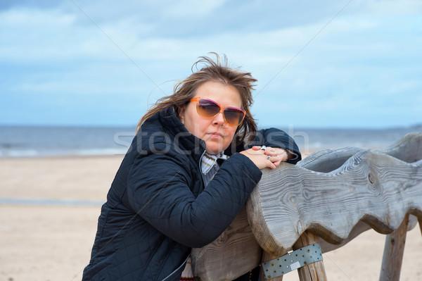 Volwassen vrouw zee rijpe vrouw zonnebril ontspannen Stockfoto © fotorobs