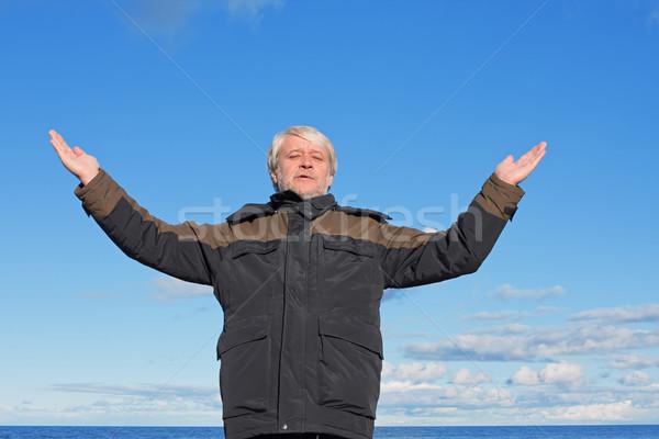 Adam mavi gökyüzü olgun adam rahatlatıcı Stok fotoğraf © fotorobs