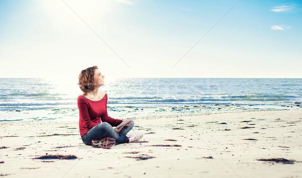 Meisje computer vergadering strand vrouw werk Stockfoto © FotoVika