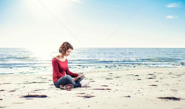Nina ordenador sesión playa mujer trabajo Foto stock © FotoVika
