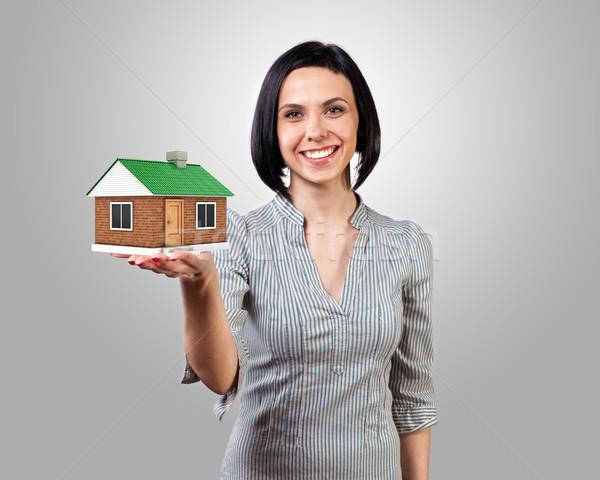 Meisje huis foto hand gebouw bouw Stockfoto © FotoVika