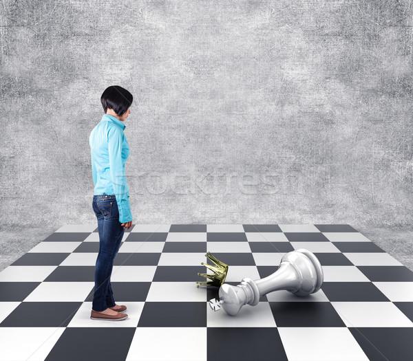 Satranç kız ayakta kayıp kral satranç tahtası Stok fotoğraf © FotoVika