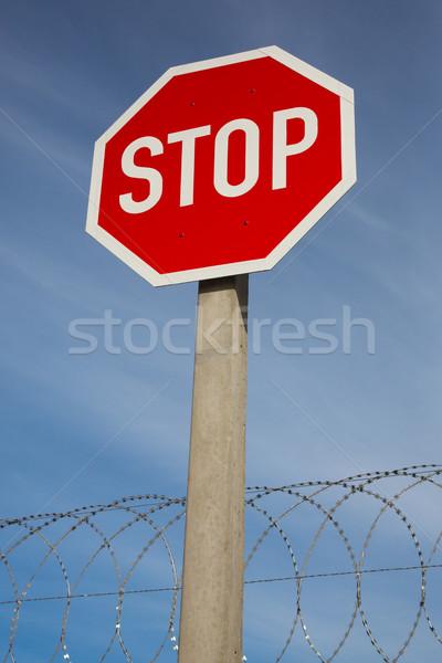 Dur işareti ustura tel parlak kırmızı mavi gökyüzü Stok fotoğraf © fouroaks