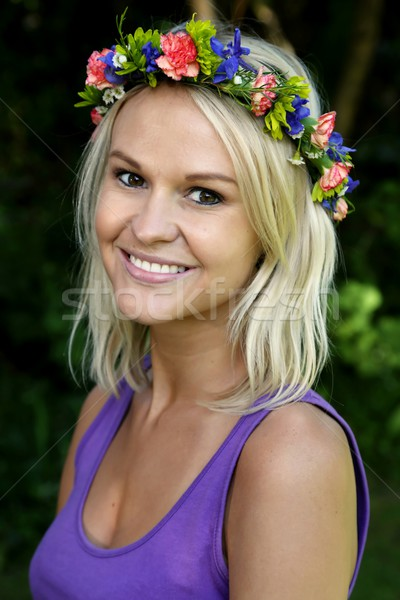 Jonge blond dame guirlande bloemen mooie Stockfoto © fouroaks