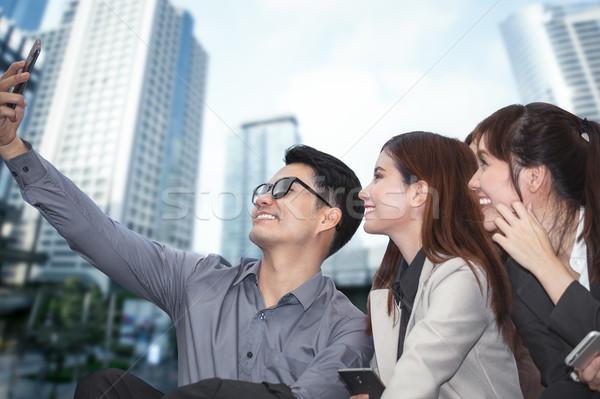Zakenman vergadering telefoon foto collega Stockfoto © FrameAngel