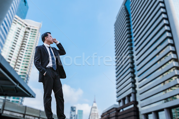 Empresario pie mirando ciudad visión oficina Foto stock © FrameAngel