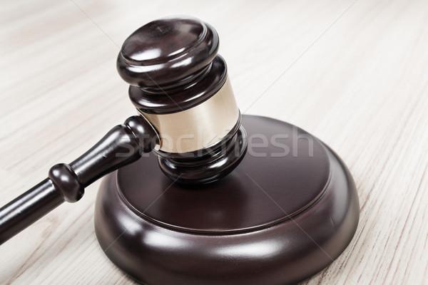 Justice marteau juge marteau table en bois vintage Photo stock © FrameAngel