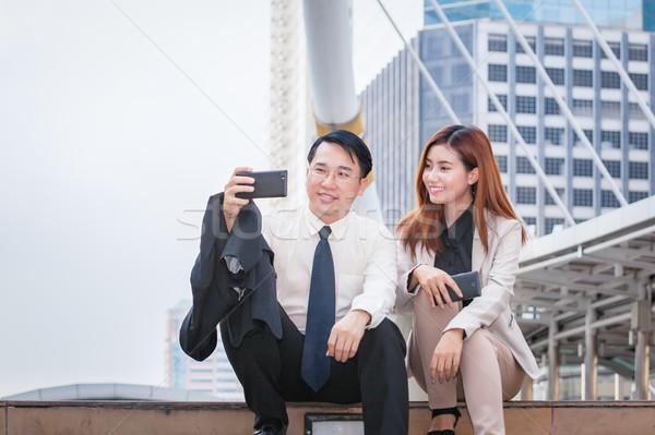 ストックフォト: ビジネスマン · 座って · 電話 · 写真 · 同僚