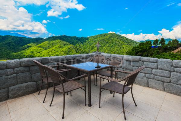 Kafejka tabeli krzesła górskich widoku Błękitne niebo Zdjęcia stock © FrameAngel