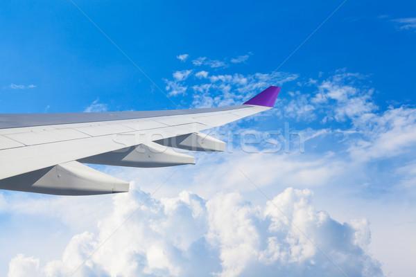 Aile avion battant au-dessus nuages personnes Photo stock © FrameAngel