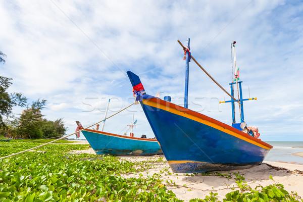 Vissersboot zand strand blauwe hemel hout landschap Stockfoto © FrameAngel