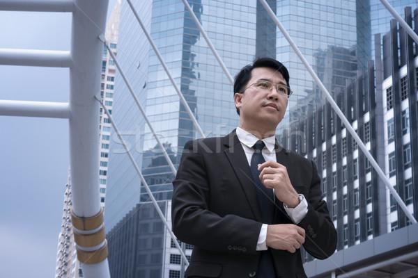 Asian zakenman permanente pak moderne Stockfoto © FrameAngel