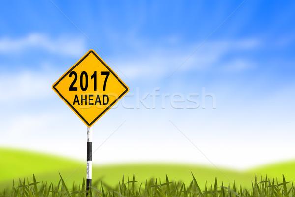Verkeersbord grasveld nieuwjaar blauwe hemel kan wolken Stockfoto © FrameAngel