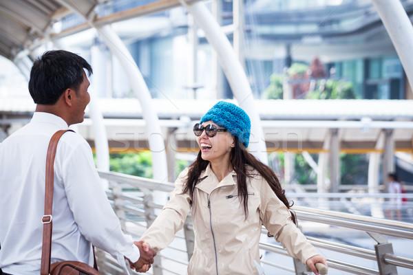 Asiático empresário aperto de mão saudação viajar mulheres Foto stock © FrameAngel