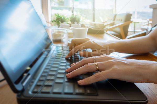 Mano tastiera donna d'affari lavoro laptop Foto d'archivio © FrameAngel