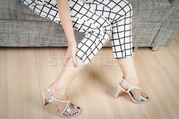 女性 座る 椅子 女性 手 足 ストックフォト © FrameAngel