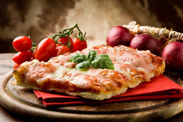 Pizza foto delicioso fatia manjericão folha Foto stock © Francesco83