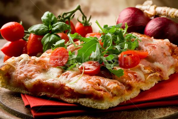 Foto d'archivio: Pizza · pomodorini · tavolo · in · legno · pomodoro
