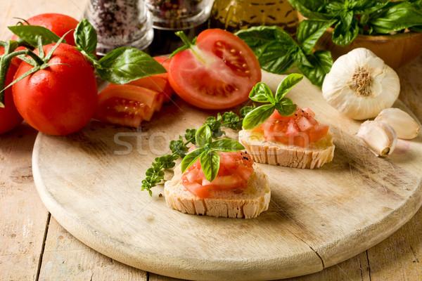 Bruschetta pomodori basilico foto tavolo in legno Foto d'archivio © Francesco83