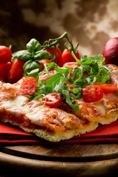 Foto stock: Pizza · tomates · cereja · mesa · de · madeira · tomates