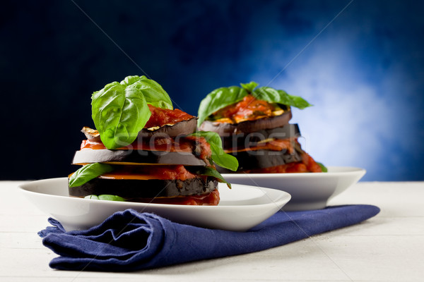 Salsa de tomate foto delicioso berenjena plato hojas Foto stock © Francesco83