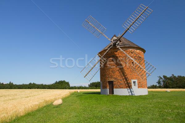 Ladrillo molino de viento campo maíz cielo azul República Checa Foto stock © frank11