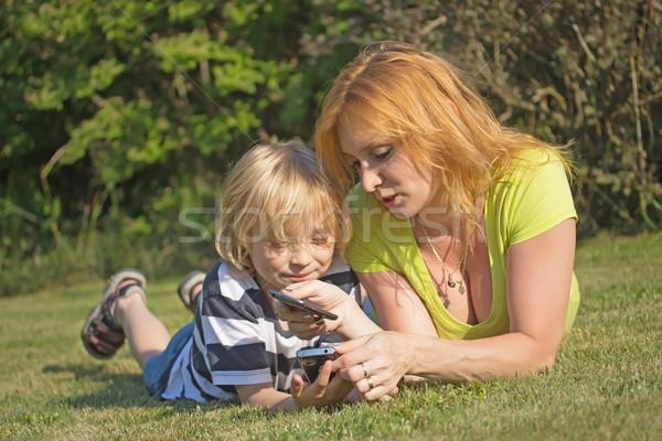 Inteligentes teléfonos educación madre hijo Foto stock © frank11