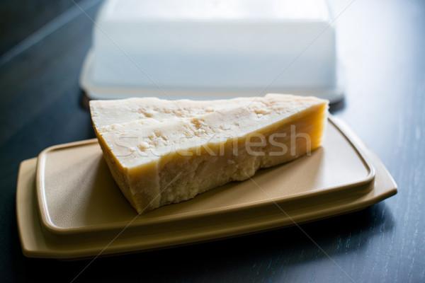 Peça queijo parmesão armazenamento caixa escuro mesa de madeira Foto stock © franky242