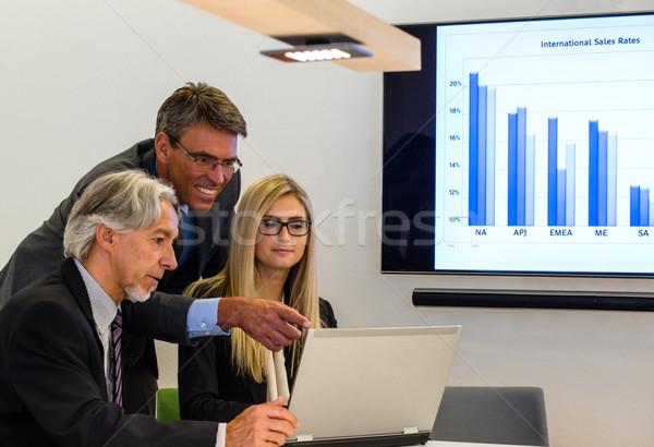 Grupo reunião de negócios misto discutir laptop projeção Foto stock © franky242